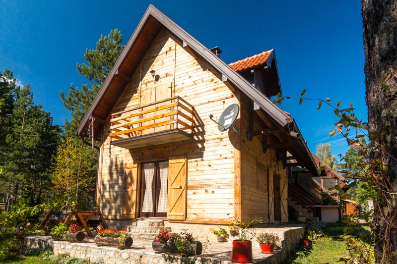 (Srpski jezik) Planinski apartmani Borovi